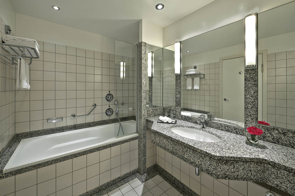 Hilton Munich Airport Hotel bathroom