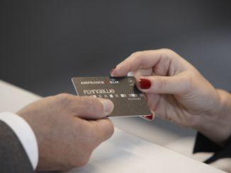 Passenger handing an Air France KLM Flying Blue Platinum card to an agent