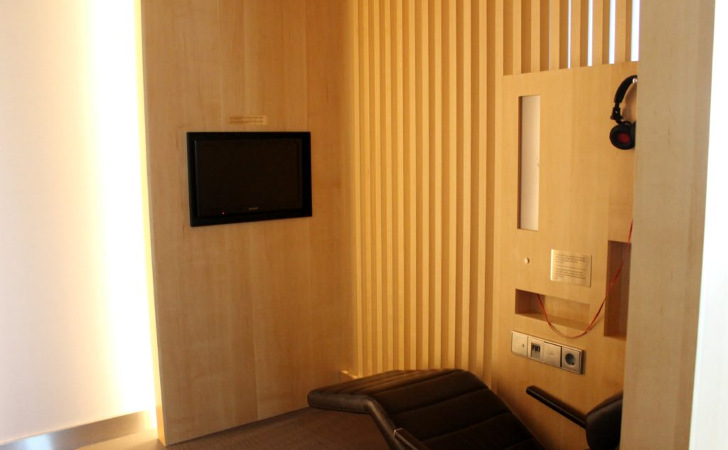 Air Canada Maple Leaf Lounge, Frankfurt relax chair with entertainment unit
