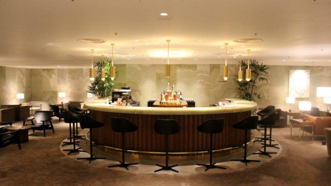 The cocktail bar in the Cathay Pacific The Pier First Class Lounge in Hong Kong