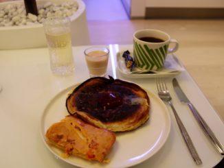Breakfast in the Finnair Premium Lounge at Helsinki Vantaa