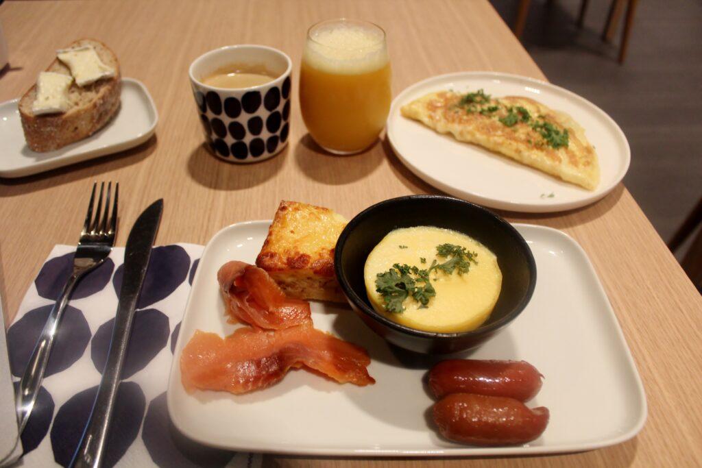 Breakfast in Finnair Platinum Wing in Helsinki